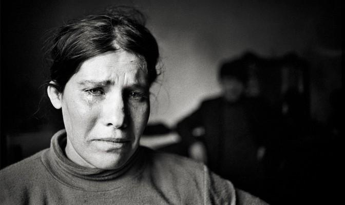 Una donna piange la sua miseria