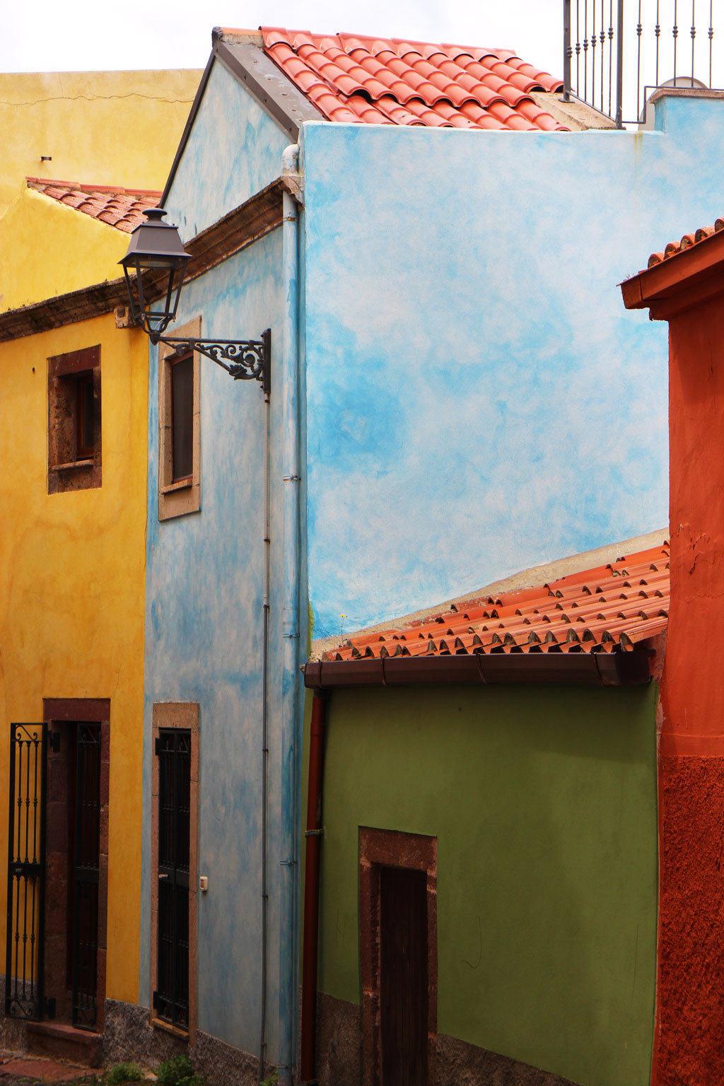 Case colorate de Sa Costa di Bosa